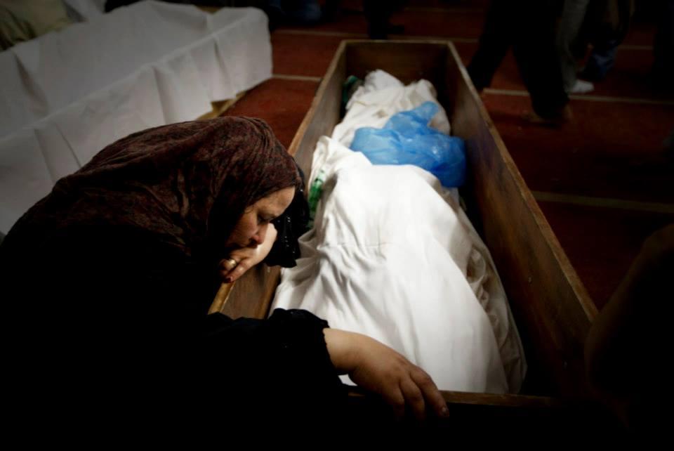 Cadáver é velado após massacre na mesquita de Rabia al-Adawiya. Crédito Joel Silva/Folhapress