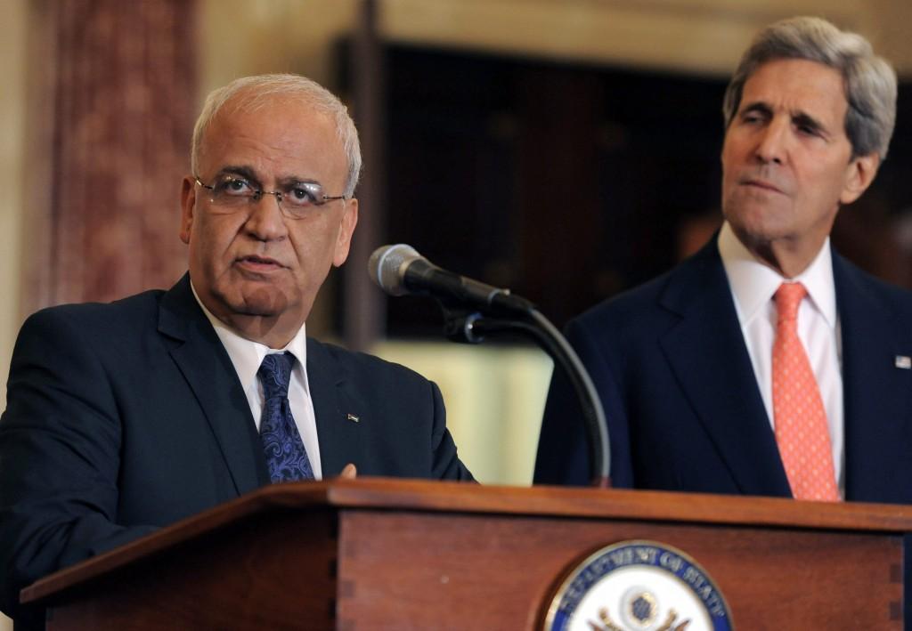 O negociador-chefe palestino Saeb Erekat ao lado de John Kerry, secretário de Estado americano. Crédito Mike Theiler/Efe