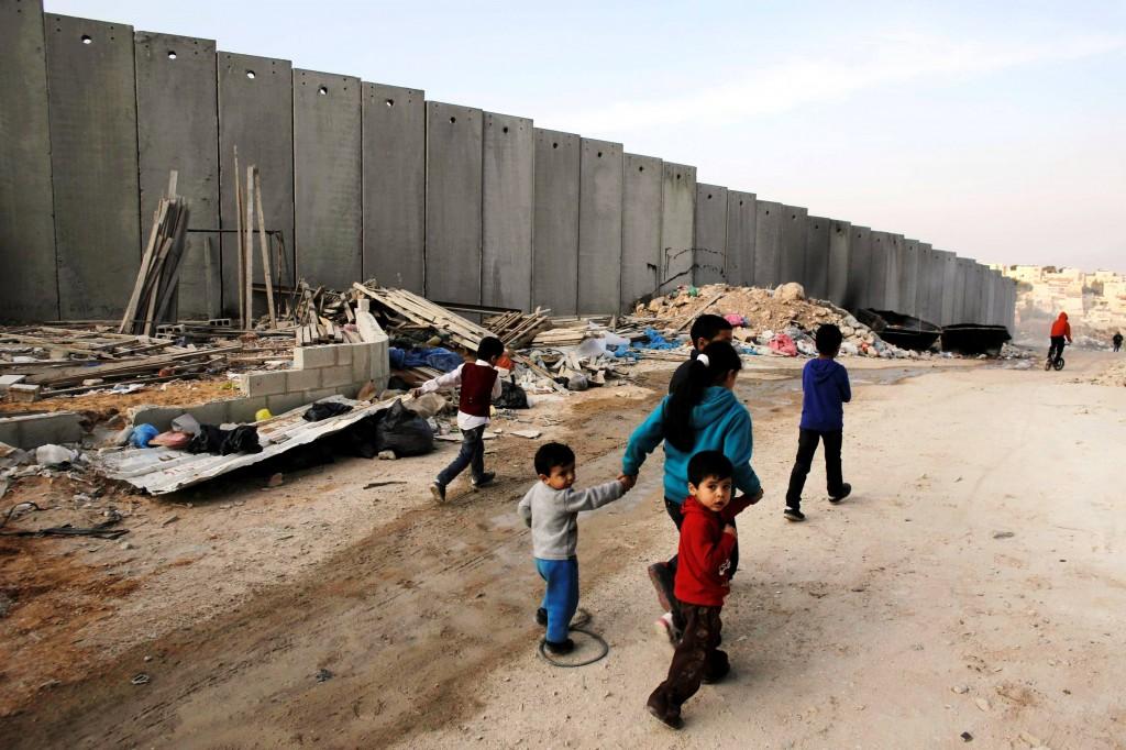 Trecho da barreira de segurança entre Israel e um campo de refugiados palestinos. Crédito Ammar Awad/Reuters