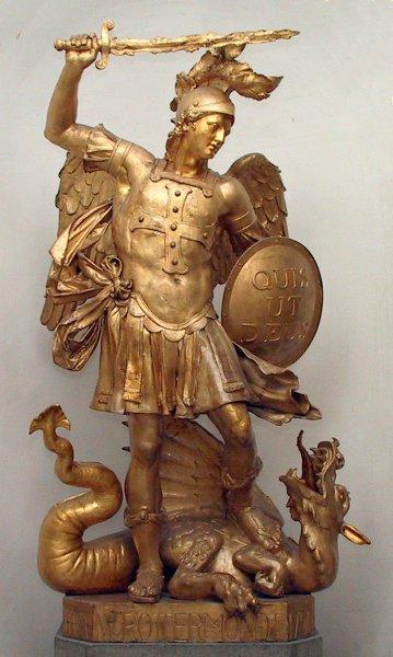 """Estátua do arcanjo Michael contra Satã; a imagem é exemplo de luta entre """"ordem"""" e """"desordem""""."""