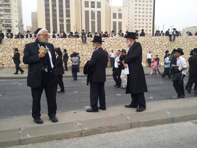 Haredim na periferia da manifestação, em Jerusalém. Crédito Diogo Bercito/Folhapress