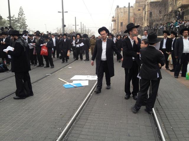 Trilhos do trem de Jerusalém, interrompido durante manifestação religiosa. Crédito Diogo Bercito/Folhapress