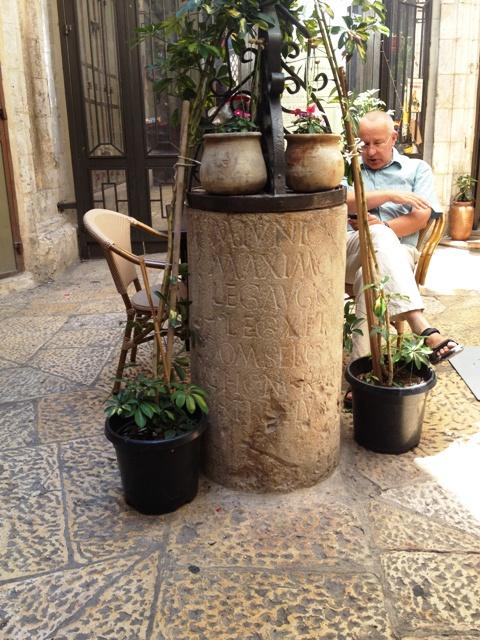 Pilar romano em homenagem à Legião de Ferro. Crédito Diogo Bercito/Folhapress