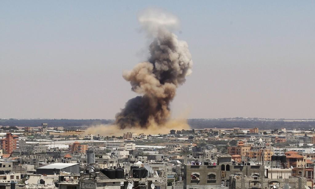 Fumaça erguida após ataque israelense em Rafah, sul de Gaza. Crédito Said Khatib/AFP