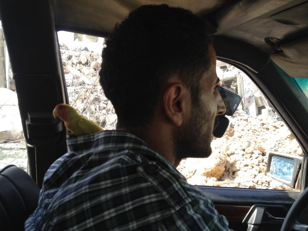Mahmud e seu passarinho. Crédito Diogo Bercito/Folhapress