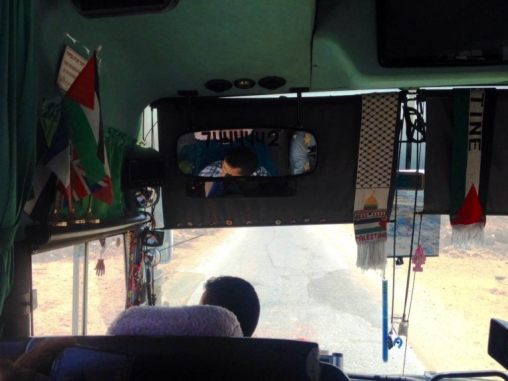Visão interna do ônibus que leva jornalistas ao interior de Gaza. Crédito Diogo Bercito/Folhapress. Crédito Diogo Bercito/Folhapress