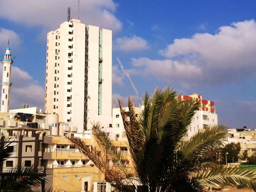 Foguete disparado pelo Hamas diante da costa em Gaza. Crédito Diogo Bercito/Folhapress