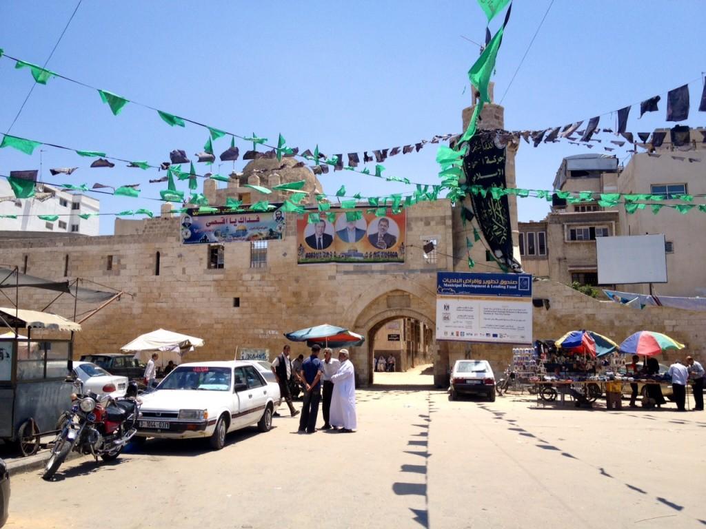 Em Khan Yunis, bandeirolas do Hamas, foto do ex-presidente egípcio Mohammed Mursi. Crédito Diogo Bercito/Folhapress