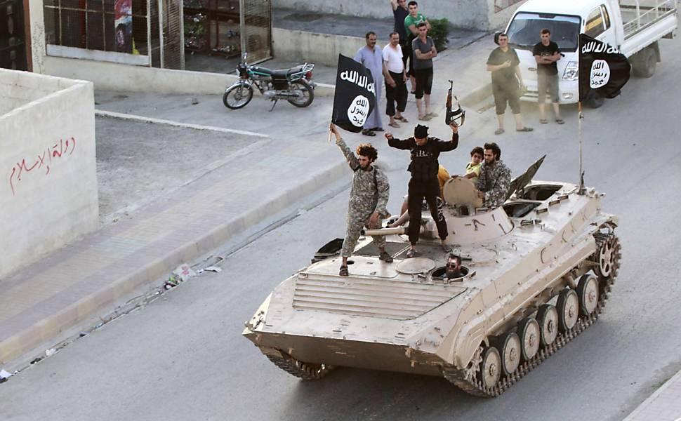 Militantes do Estado Islãmico com o estandarte negro do jihad. 30.jun.2014/Reuters
