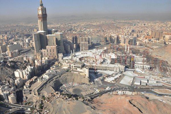 À esquerda, em foto de 2013, ergue-se a Torre do Relógio de Meca
