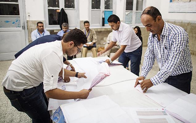 Homens contam votos após eleição parlamentar em Túnis. Crédito Pan Chaoyue - 26.out.2014/Xinhua