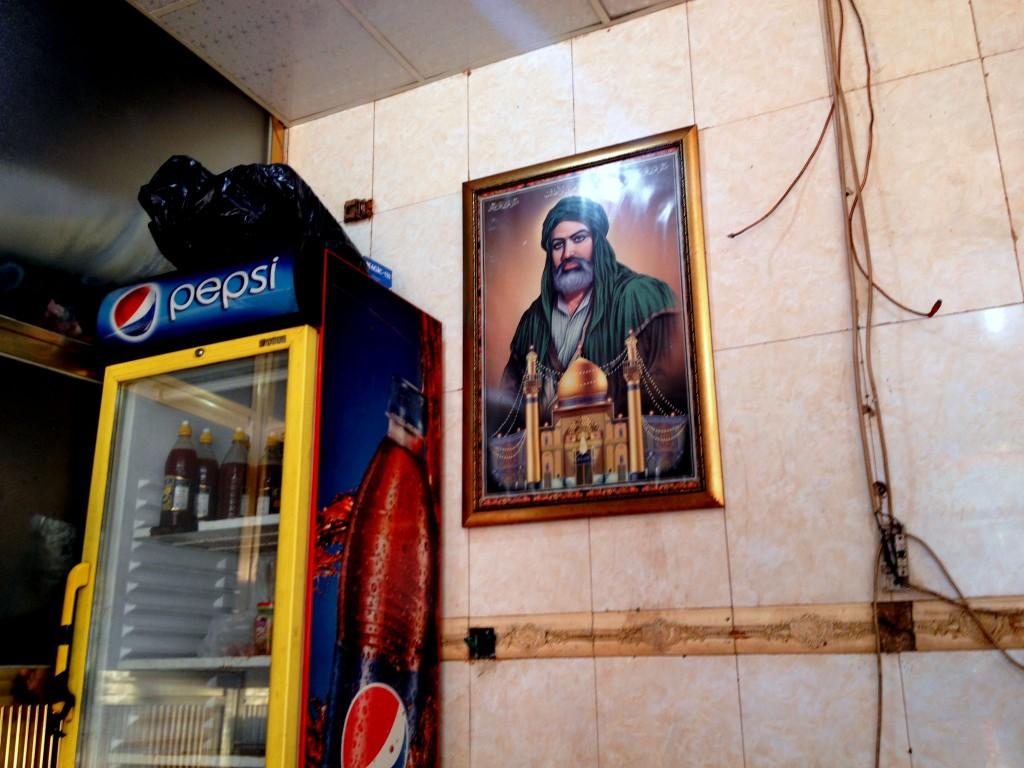 Restaurante em Bagdá. Retrato de Abbas. Crédito Diogo Bercito/Folhapress
