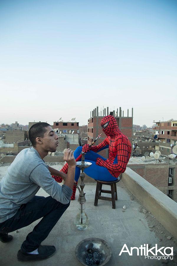 Relaxando com um narguilé no telhado. Crédito Hossam Atef/Reprodução