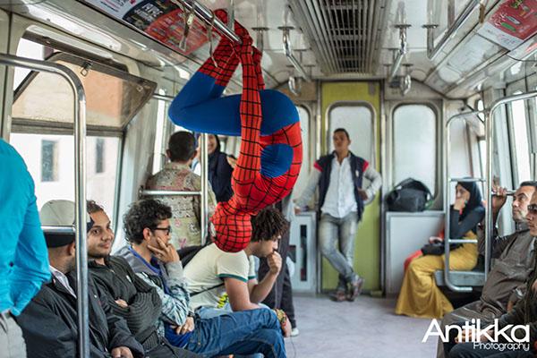O Homem-Aranha enfrenta o metrô do Cairo. Crédio Hossam Atef/Reprodução