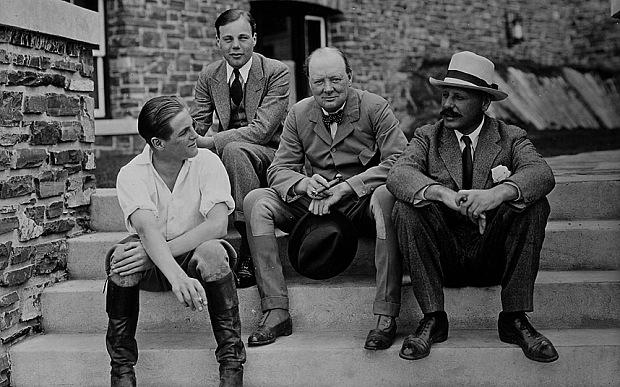 Churchill (ao centro) com seu filho Randolph (esquerda), o irmão John (direita) e o sobrinho John. Crédito The Life Picture Collection/Getty Images