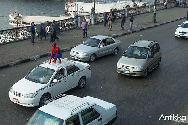 De carona em um telhado de carro, na beira do Nilo. Crédito Hossam Atef/Reprodução
