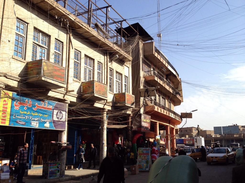 Fios de eletricidade no centro de Bagdá. Crédito Diogo Bercito/Folhapress