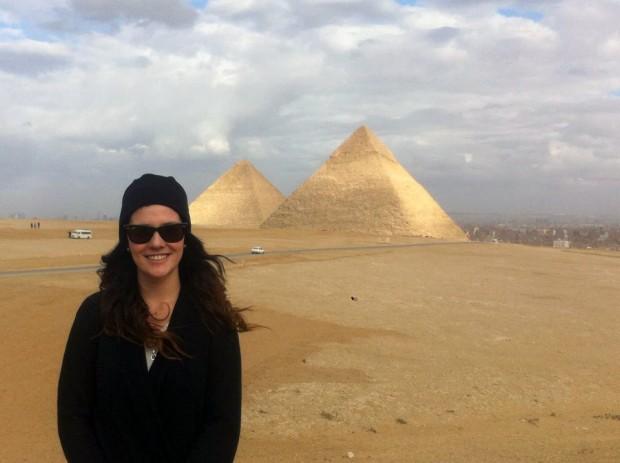 Mariana Toledo visita as pirâmides. Crédito Arquivo Pessoal