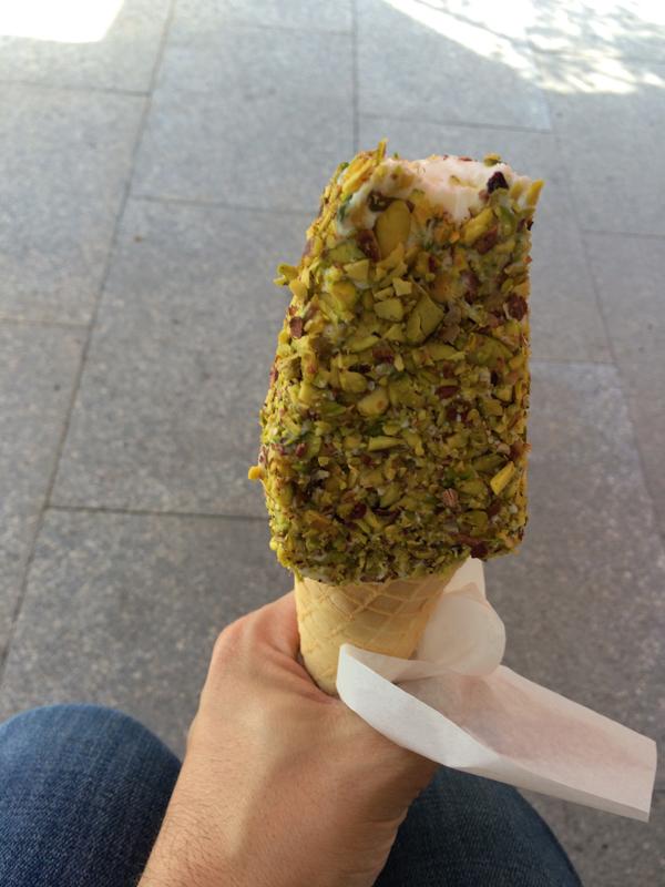 Um sorvete de creme coberto de pistache. Crédito Diogo Bercito/Folhapress