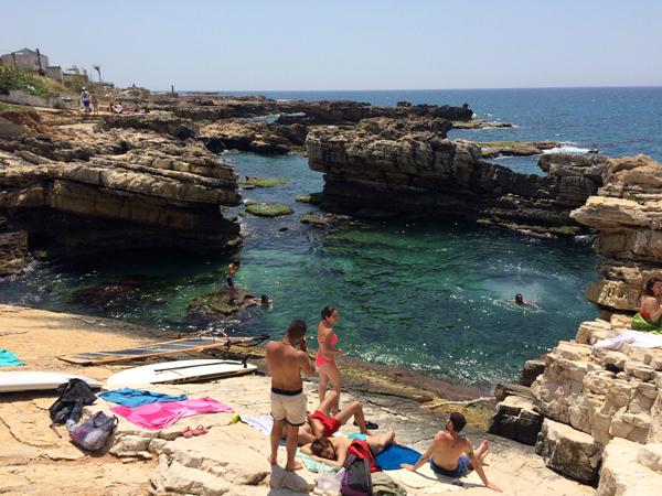 Praia de Kfar Abida, nas imediações de Batrun. Crédito Diogo Bercito/Folhapress