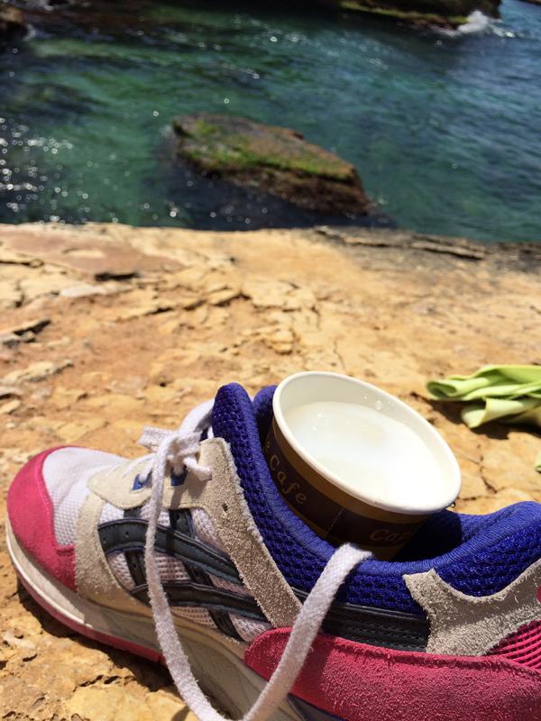 Técnica para beber arak na praia. Crédito Diogo Bercito/Folhapress