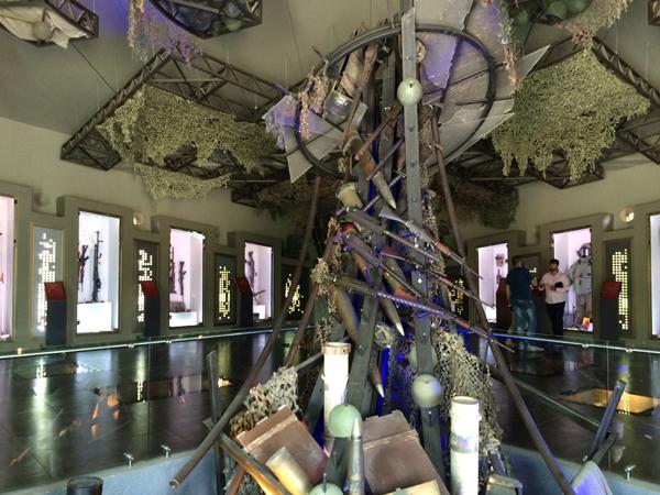 Sala de exibição com equipamento israelense tomado durante conflitos. Crédito Diogo Bercito/Folhapress