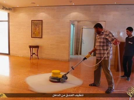 Membro do Estado Islâmico na manutenção do hotel. Crédito Divulgação