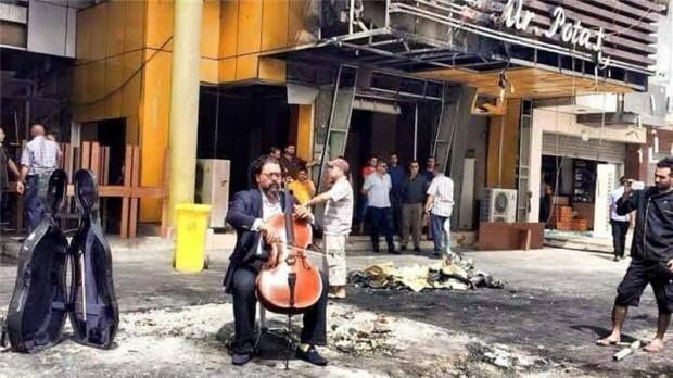 Karim Wasfi toca violoncelo em Bagdá. Crédito Reprodução