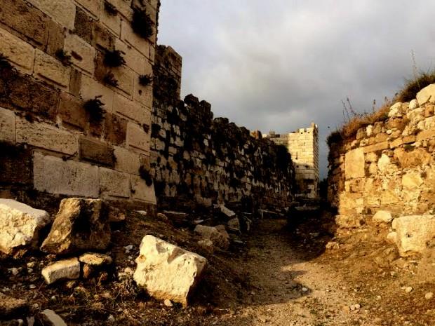 Entre os muros de Biblos. Crédito Diogo Bercito/Folhapress