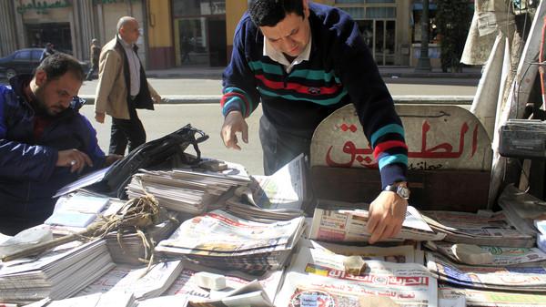 Egípcio compra um jornal, em fotografia de arquivo de fevereiro de 2013. Crédito Reuters
