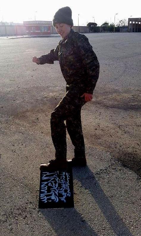 Gill Rosenberg, 31, em imagem que supostamente mostra a jovem pisoteando um símbolo do Estado Islâmico. Crédito Reprodução