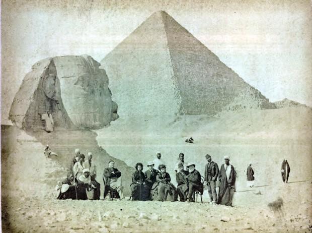 Dom Pedro 2º (sentado, à direita) e sua comitiva diante de Esfinge. Crédito Acervo da Fundação Biblioteca Nacional do  Brasil