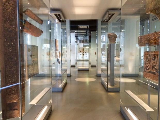 Artefatos expostos no Instituto da Cultura Árabe, em Paris. Crédito Diogo Bercito/Folhapress