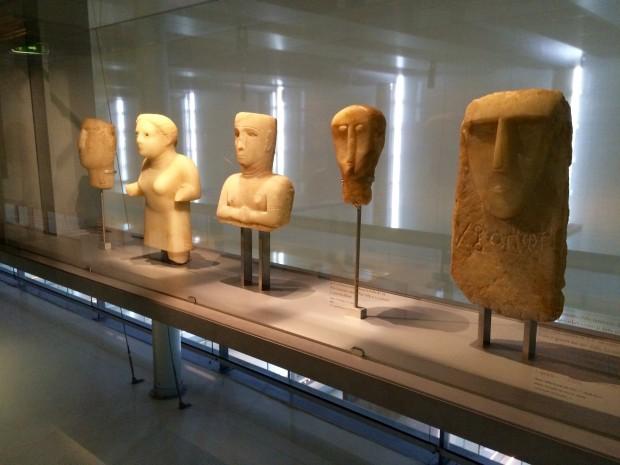 Esculturas pré-islâmicas expostas em Paris. Crédito Diogo Bercito/Folhapress