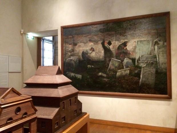Retrato de um cemitério judaico e miniatura de sinagoga em estilo polonês, em madeira. Crédito Diogo Bercito/Folhapress