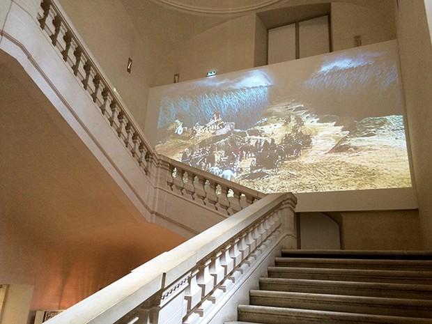 Projeção de filme sobre o Êxodo. Hebreus cruzam o mar Vermelho. Crédito Diogo Bercito/Folhapress