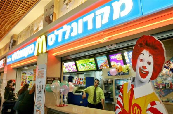 """McDonald's """"kosher"""" em Tel Aviv. Crédito Ronen Zvulu/Reuters"""