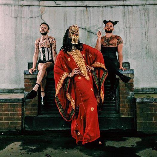 Três homens árabes como drag queens. À direita, Saleem Haddad. Crédito Reprodução/Facebook
