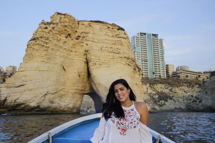Viviane Guedes Raouche na costa de Beirute. Crédito Divulgação