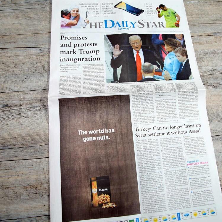 """""""O mundo enlouqueceu"""". Propaganda de castanhas em um jornal libanês. Crédito Reprodução/Blog Baladi"""